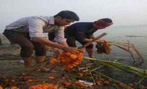 भाजपा पूर्वांचल मोर्चा ने यमुना घाट पर चलाया स्वच्छता अभियान