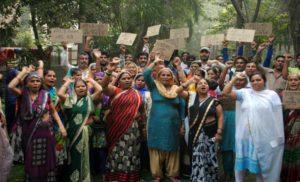 आस्था के नाम पर खिलवाड़, जहांगीरपुरी में सड़क पर लोग