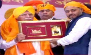 राकेश दहिया ने मुख्यमंत्री खट्टर को किया सम्मानित