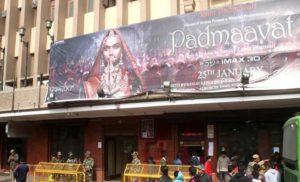 """थिएटराें में संगीनाें के साए में """"पद्मावत"""" का शाे शुरु"""
