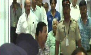 लालू प्रसाद यादव दिल के इलाज के लिए मुंबई पहुंचे