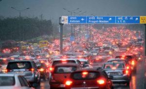 बारिश ने थामी दिल्ली के ट्रैफिक की रफ्तार