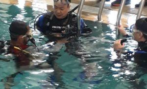 दिव्यांग जवानों को स्कूवा डाइविंग करते देख खेल मंत्री भी उतरे पूल में