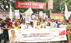 डीयू में सुरक्षित बचपन की मांग को लेकर मार्च