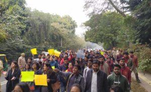 दिल्ली विश्वविद्यालय के समाज कार्य विभाग के छात्रों ने JNU में हुई हिंसा के खिलाफ किया विरोध प्रदर्शन।